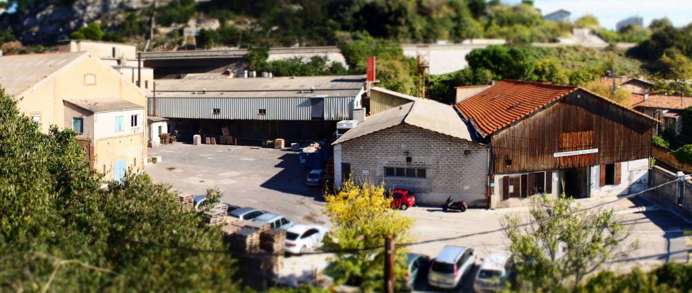 Panorama de l'usine de la Savonnerie du Midi composée de locaux administratifs et de la partie production |Copyright photographie Abed Abidat