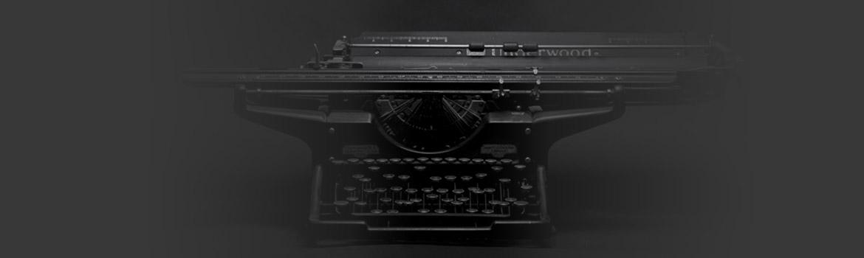 Machine à écrire sur fond noir